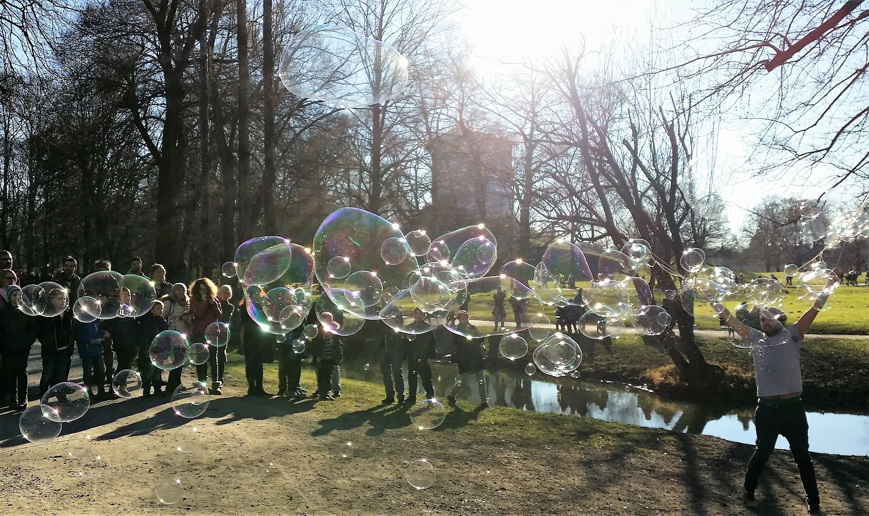 Seifenblasen im Englischen Garten